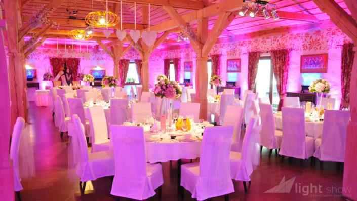 Dekoracja światłem ścian i ciepłe światło na stoły.